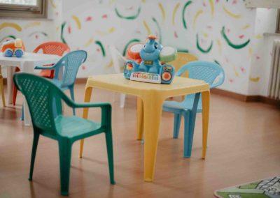 Asilo-nido-Trieste-Folli-folletti-via-Ghirlandaio-22-tavolino-spazio-giochi
